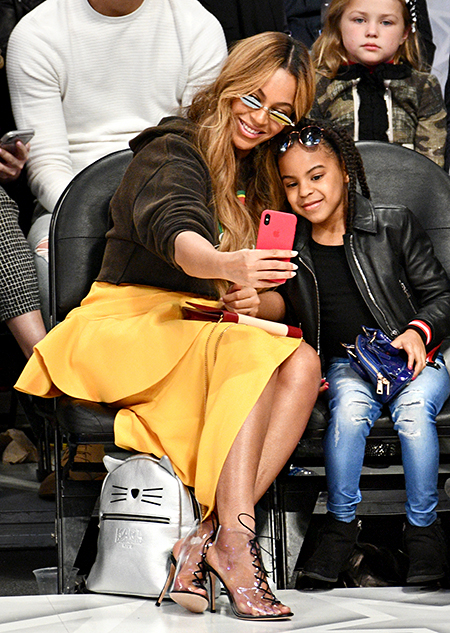 Бейонсе с мамой и дочерью Блу Айви, Ферги, Фарелл Уильямс и другие на баскетбольном матче в Лос-Анджелесе