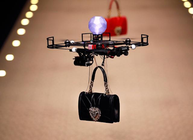 Будущее наступает: показ Dolce & Gabbana открыли летающие дроны