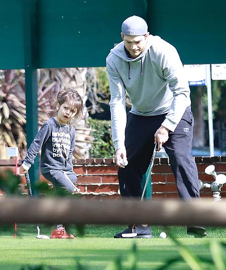47300 Эштон Катчер научил дочь Уайетт играть в гольф