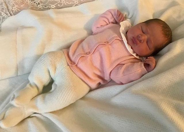 47130 Принцесса Мадлен поделилась первой фотографией новорожденной дочери