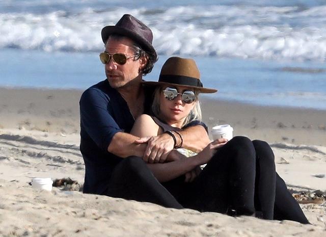 47212 Романтика на пляже: Леди Гага с женихом Кристианом Карино в Малибу