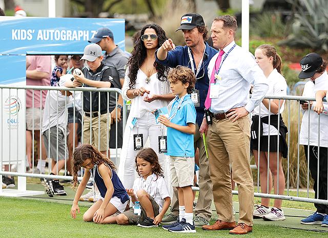 В полном составе: Мэттью МакКонахи и Камилла Алвес с детьми на матче по гольфу