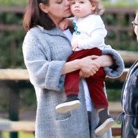 47155 Воскресные игры: Мила Кунис с подросшим сыном Димитрием на детской площадке в Голливуде