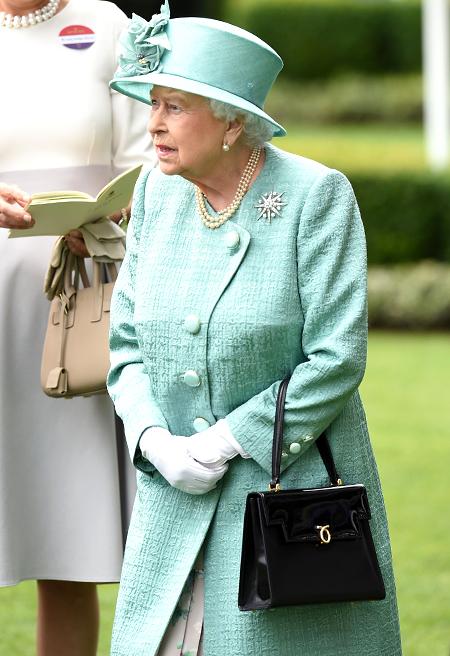 Знаменитую черную сумку королевы Елизаветы II выпустили в психоделических цветах