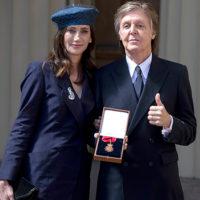 48237 Елизавета II наградила сэра Пола Маккартни Орденом Кавалеров почета