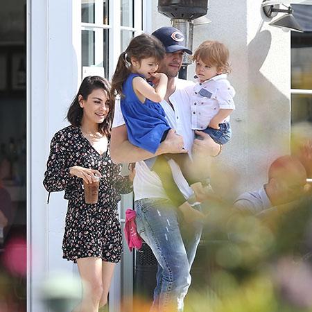 Семейный обед: Эштон Катчер и Мила Кунис с детьми в ресторане в Лос-Анджелесе