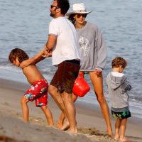 48290 Жизнь после расставания: Алессандра Амбросио с бывшим мужем и детьми на пляже в Малибу
