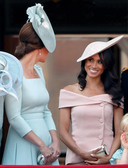 Стало известно, почему Кейт Миддлтон загородила своей спиной Меган Маркл на балконе Букингемского дворца