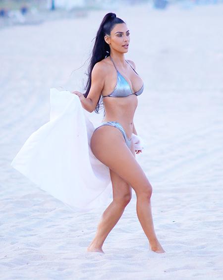 Обстановка накаляется: Ким Кардашьян в купальнике цвета металлик на пляже Майами