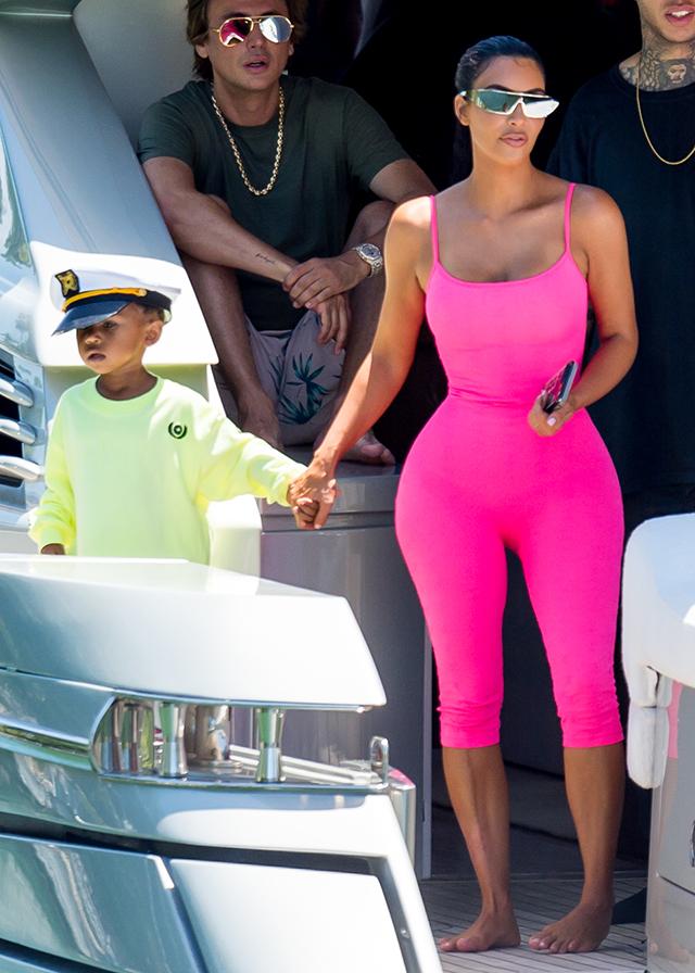 В идеальной форме: Ким Кардашьян с детьми на яхте у берегов Майами