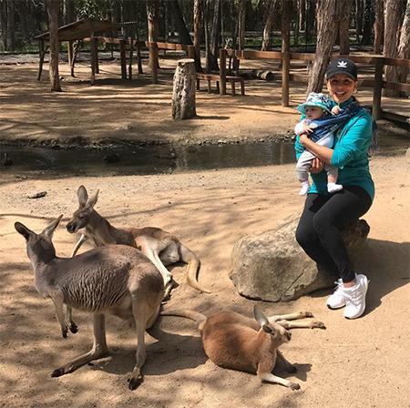Ева Лонгория познакомила сына с коалами и кенгуру в австралийском заповеднике Каррамбин