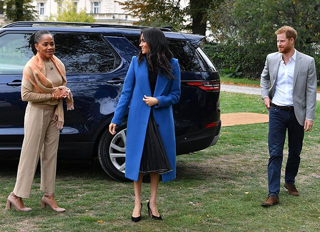 Меган Маркл с принцем Гарри и мамой провела пикник в саду Кенсингтонского дворца в честь выхода своей книги