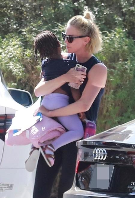 Моменты нежности: Шарлиз Терон на прогулке с дочерью