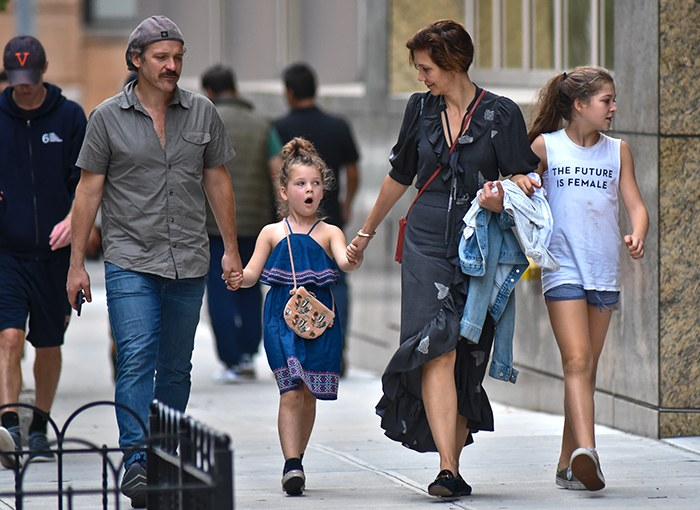 Редкий выход: Мэгги Джилленхол на прогулке с семьей по Нью-Йорку