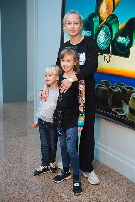Юлия Пересильд с дочерьми на мастер-классе в Институте русского реалистического искусства
