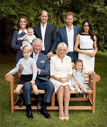 К 70-летию принца Чарльза: новые официальные портреты с Меган Маркл, Кейт Миддлтон, принцем Луи и другими