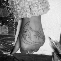 51941 Ариана Гранде и ее 93-летняя бабушка вместе сделали татуировки