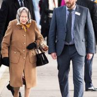 52137 Идеальная формула: королева Елизавета II в пальто цвета кэмел и платке Burberry прибыла в Норфолк