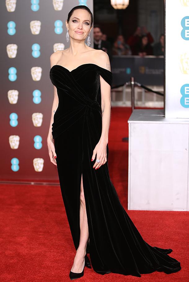 Любимый цвет Анджелины Джоли: 20 бьюти-подарков в черных флаконах