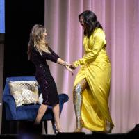 52148 Мишель Обама представила свою книгу в золотых сапогах за 4 тысячи долларов