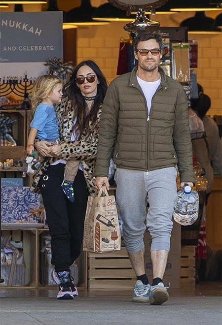 Редкий выход: Меган Фокс и Брайан Остин Грин с младшим сыном на прогулке в Лос-Анджелесе