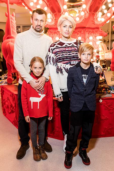 Татьяна Навка, Сергей Семак с семьей и другие на открытии главного катка в Санкт-Петербурге