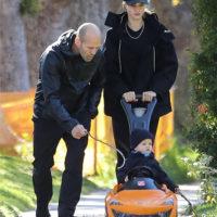 52992 Папа научит: Рози Хантингтон-Уайтли и Джейсон Стэтхэм на прогулке с сыном