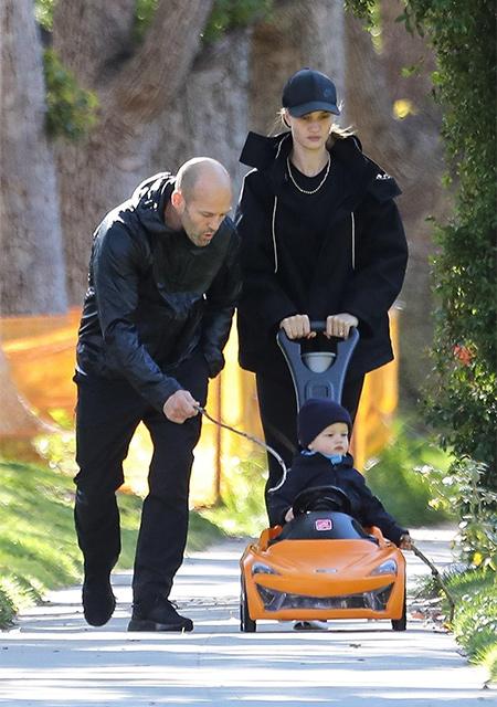 Папа научит: Рози Хантингтон-Уайтли и Джейсон Стэтхэм на прогулке с сыном