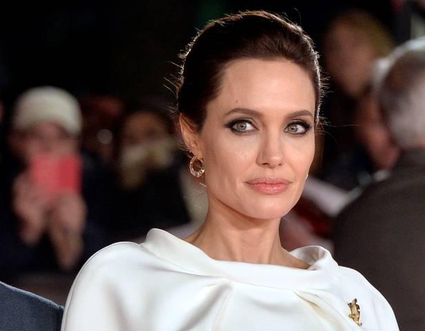 54947 Анджелина Джоли присматривается к комиксу «Вечные»