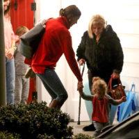 53284 Ирина Шейк и Брэдли Купер с дочерью побывали в гостях у Дженнифер Гарнер