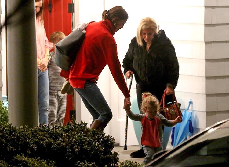 Ирина Шейк и Брэдли Купер с дочерью побывали в гостях у Дженнифер Гарнер