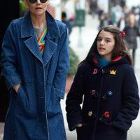 """53421 """"Радужное"""" настроение: Кэти Холмс с дочерью Сури прогулялись по Нью-Йорку"""