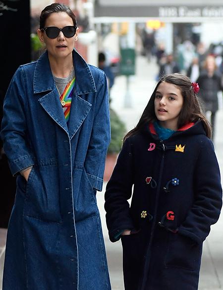 """""""Радужное"""" настроение: Кэти Холмс с дочерью Сури прогулялись по Нью-Йорку"""
