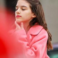 54920 Яркая помада на губах и элегантный образ: Сури Круз на прогулке в Нью-Йорке