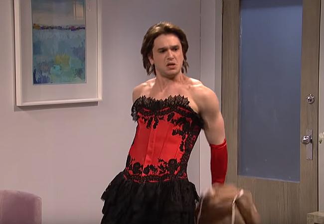 Без бороды и одежды: Кит Харингтон станцевал стриптиз в эфире телешоу