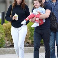55396 Энн Хэтэуэй на прогулке с мужем и подросшим сыном