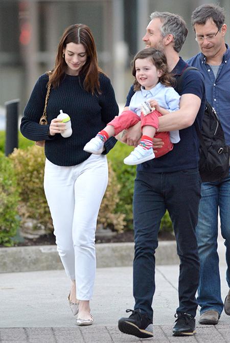 Энн Хэтэуэй на прогулке с мужем и подросшим сыном