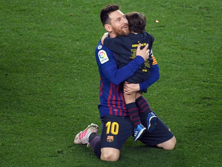 """Лионель Месси побил рекорд """"Барселоны"""" по чемпионским титулам и отметил победу с сыновьями"""