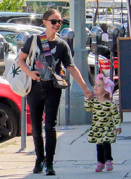 Авокадо-girl: Натали Портман и ее дочь Амалия в странных нарядах на прогулке