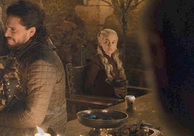"""55578 """"Двойной капучино для Дейнерис"""": фанаты """"Игры престолов"""" обсуждают стакан из Starbucks, случайно попавший в кадр"""