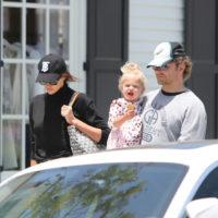 55896 Ирина Шейк и Брэдли Купер с дочкой на прогулке в Лос-Анджелесе