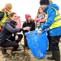 55619 Кейт Миддлтон и принц Уильям провели генеральную уборку на пляже Ньюбороу