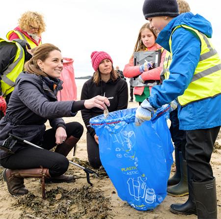 Кейт Миддлтон и принц Уильям провели генеральную уборку на пляже Ньюбороу