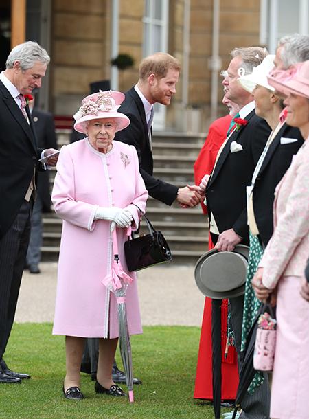 Королева Елизавета II нарушила собственный протокол, удивив даже своих помощников