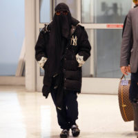 55597 Мадонна появилась в аэропорту Нью-Йорка в парандже