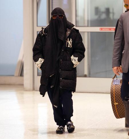 Мадонна появилась в аэропорту Нью-Йорка в парандже