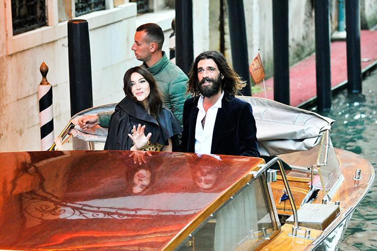 Романтика в Венеции: Моника Белуччи с бойфрендом Николя Лефевром по дороге на бал Dior