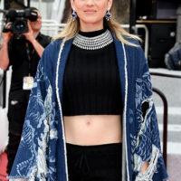 55814 Вязаные шорты и джинсовое кимоно: Марион Котийяр представила ультраоригинальный образ в Каннах