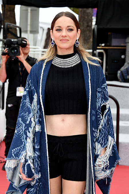 Вязаные шорты и джинсовое кимоно: Марион Котийяр представила ультраоригинальный образ в Каннах