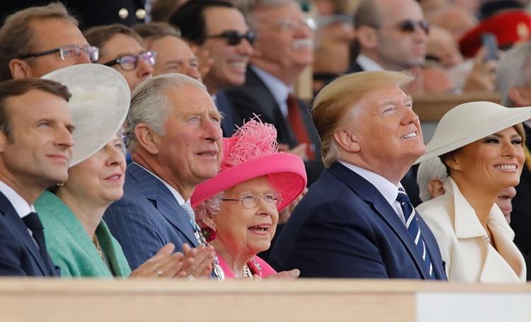 56093 Дональд и Мелания Трамп с королевой Елизаветой на военном параде